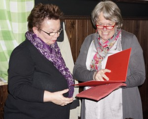 Für 25jährige Mitgliedschaft in der SPD wurde Anette Arnscheid-Mehn (links) von der SPD-Vorsitzenden Ingrid Waizmann mit Urkunde und Ehrennadel ausgezeichnet.
