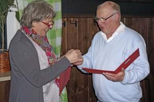 Seit 30 Jahren ist Sigurd Hinz bereits Mitglied der Sozialdemokraten. Aus der Hand von Ingrid Waizmann erhielt er dafür Ehrennadel und Urkunde.